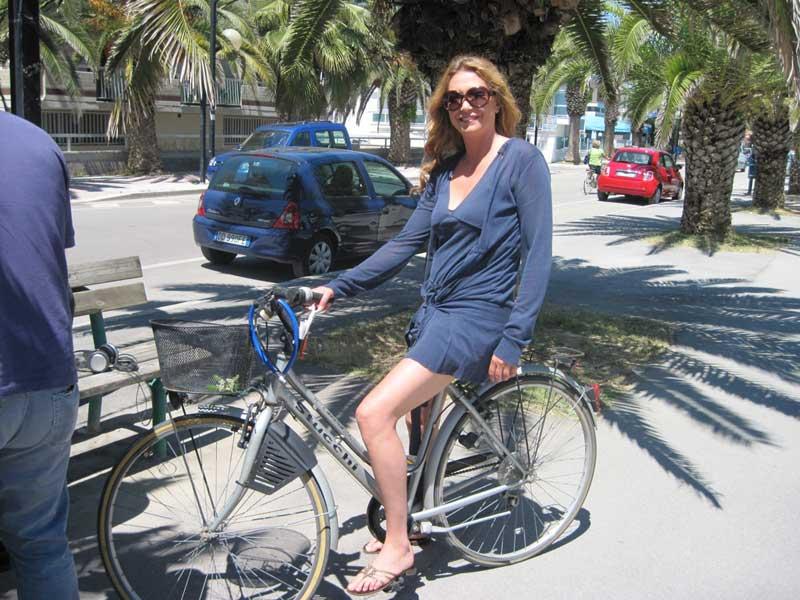 Tessa Gelisio percorre il lungomare in bicicletta
